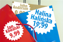 Kolorowe torby zakupowe z imionami osób i przypisanymi im cenami.
