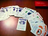 Trzęsienie danych. Rozłożone luźno karty do gry.
